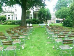 Stühle im Park von Gut Wahnbek